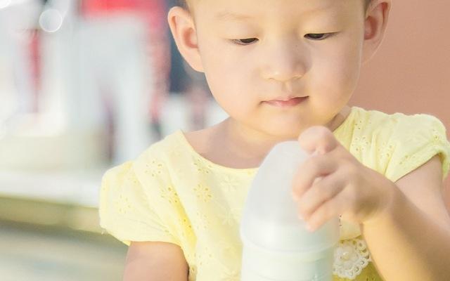 摇摇就能冲奶的智能奶瓶,让宝宝随时喝上热牛奶
