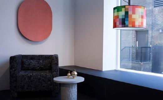 装饰墙壁的橡木板,被设计成了一款蓝牙音箱