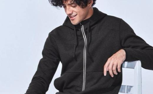 班尼路运动开衫卫衣:棉料材质舒适透气,纯色款式简约百搭