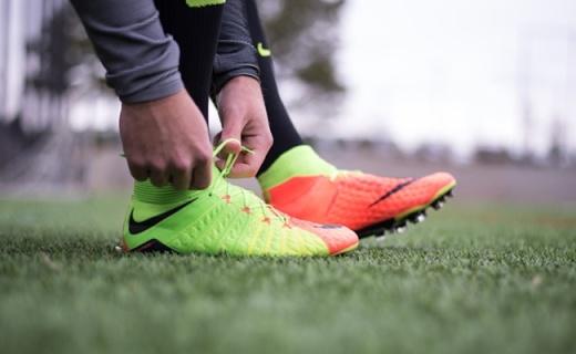 耐克联名EA发布限量款足球鞋,泡棉中帮设计颜值高