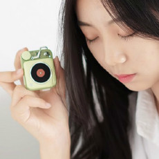 小玩物、大能量,猫王原子唱机B612,美女第一眼就确认了眼神