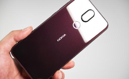 诺基亚X7上手图赏:暮夜红配色亮眼,蔡司双摄加持拍照不俗
