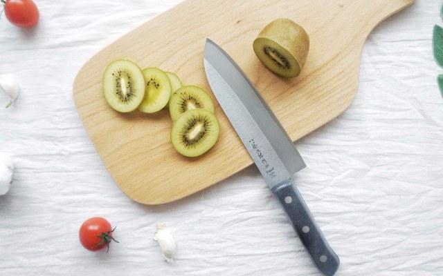 钴合金材质,小巧锋利,轻松搞定砍瓜切菜 — 藤次郎钴合金钢三德刀体验 | 视频