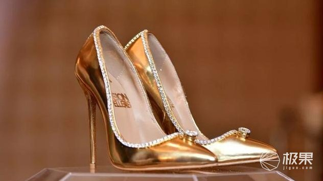"""英国设计师打造""""最贵男鞋"""":68颗真钻加身,连鞋带头都是金的……"""
