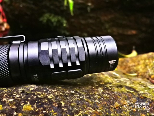防水耐操亮度高,户外应急照明趁手利器—务本TO40R强光手电筒评测|视频