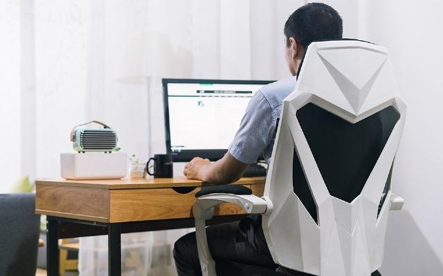 朋友现在都流行坐电竞椅办公了!不信你来看看