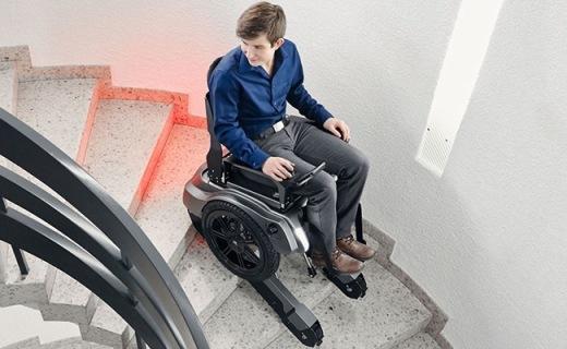 瑞士代步轮椅做成小坦克,配马达动动遥杆就能爬楼!