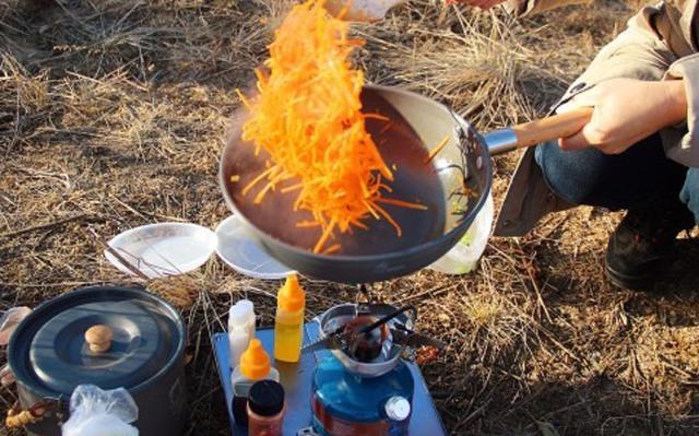 大功率火力强劲还防风,户外也能吃上热乎饭 — 火枫犀牛一体式汽油炉体验 | 视频