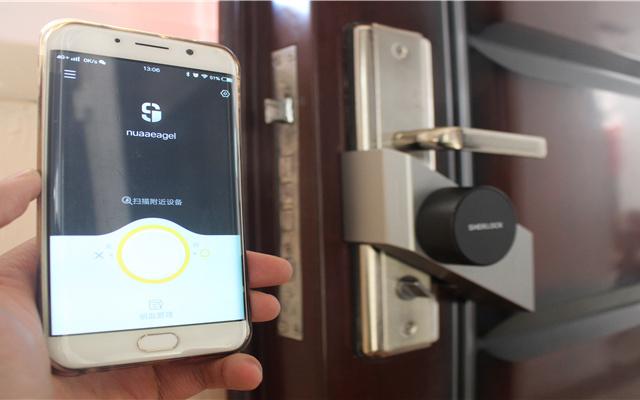 不用更换门锁,贴一贴就能秒变智能指纹锁 一 夏洛克智能贴锁S评测