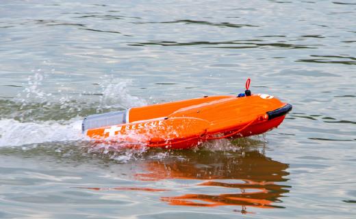 """云洲智能推出""""海豚""""智能救生圈:远程操控,可载人航行"""