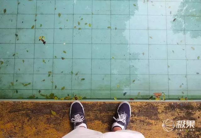 这个泳池竟能隐身!一键启动随时开湿身趴,土豪专属装B神器
