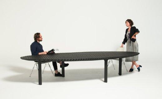 这张桌子可圆可长,变形只需轻轻一推一拉