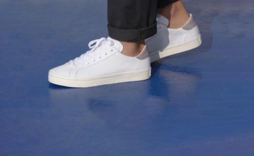 阿迪达斯经典休闲鞋:网球经典款式,街头潮流演绎