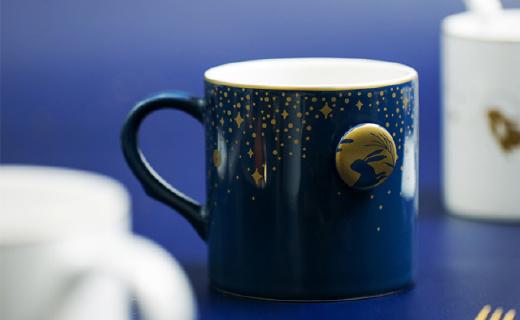 网易严选马克杯:杯身印花遇热变色,浮雕图案精致典雅
