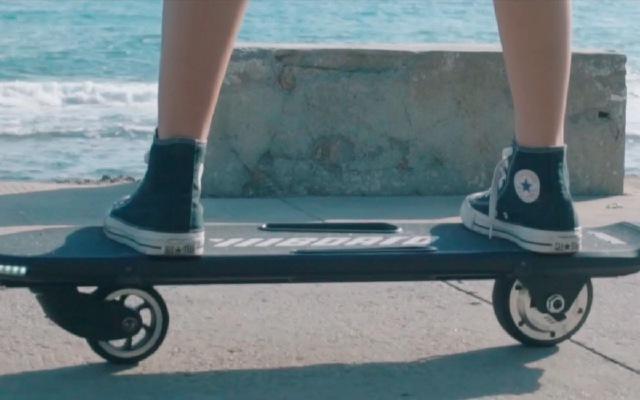 靓妹滑板秀腿炫技!只有两个轮子海边玩的飞起