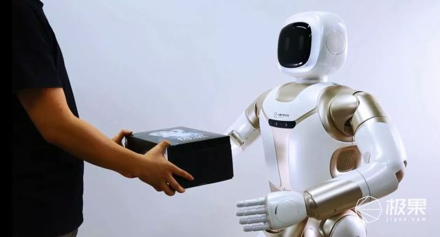 """神仙操作!比""""大白""""还要贴心的超暖机器人!科幻片这是要成真了?"""
