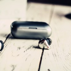 你还在用老旧过时的有线耳机吗?指甲大小的真无线耳机了解一下