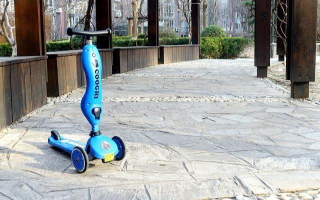 小孩子出行利器,能骑能坐还是一辆学步车 — COOGHI酷骑儿童滑板车体验 | 视频