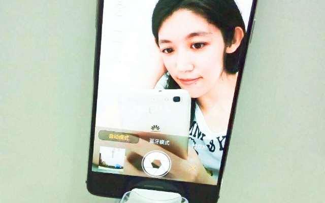 旅行美少女的自拍新宠 —  飞利浦手机拍照神器
