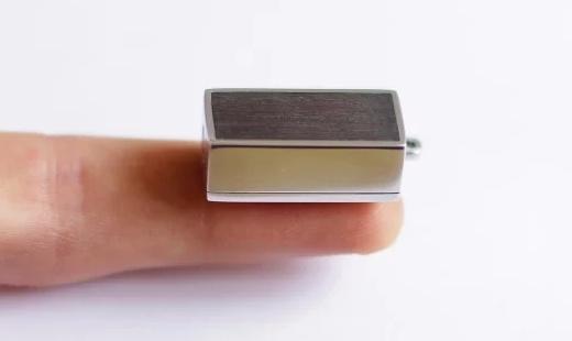 利用手機充電的手電筒,只有指甲蓋大小!