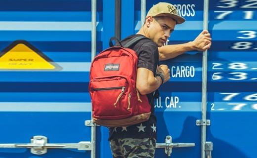 JanSport双肩背包:涤纶面料皮革底层,简约时尚有序收纳