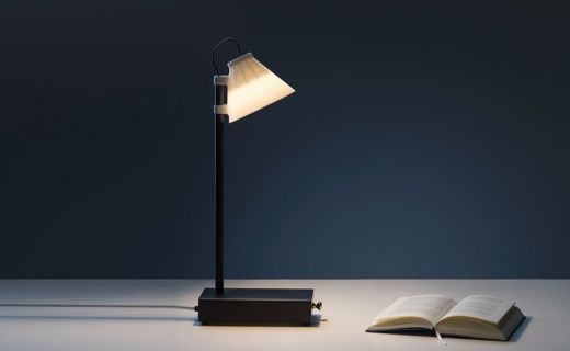 避免分心的智能台灯,放进手机才能点亮