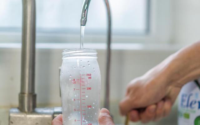 这样冲奶更健康,奶爸用净水器解决全家饮水问题