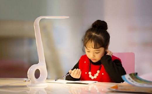 自动调光还监控坐姿,这款台灯能帮孩子保持视力