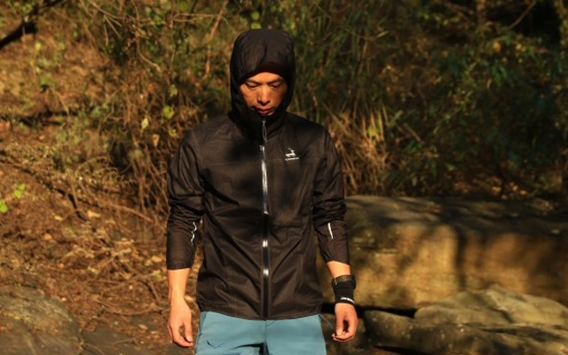 皮肤衣的轻薄,冲锋衣性能,专业跑者的选择 — 优极PEAK超轻量冲锋衣体验 | 视频