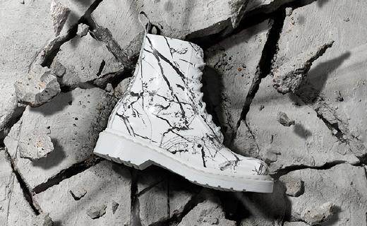 炫酷马丁靴又玩新花样,把大理石穿在脚上