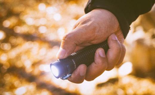 光斑均匀照得亮,专业防水随意造,OLIGHT S2Rii手电筒评测