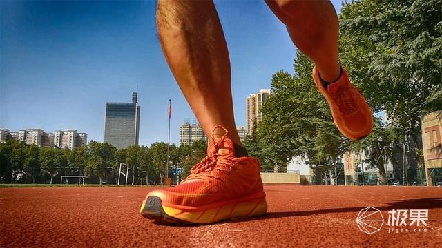 R2智能跑鞋体验,脚感舒适回弹有力,伴你跑步的私人教练