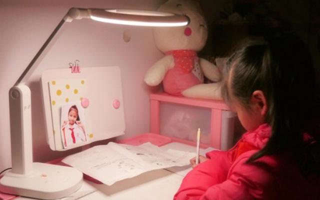 减缓视疲劳还能矫正坐姿,给孩子真切的关爱 — 一人e灯儿童正姿护眼台灯评测 | 视频