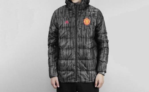 阿迪达斯X曼联羽绒服:曼联徽章彰显足球情怀,涤纶面料舒适保暖