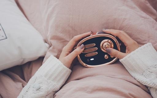 满满英伦范儿好音质,竟让妹子睡觉也搂着它 — 猫王收音机RADIOOO上手体验   视频