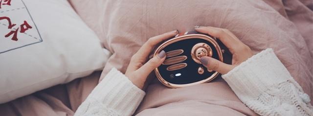 满满英伦范儿好音质,竟让妹子睡觉也搂着它 — 猫王收音机RADIOOO上手体验 | 视频