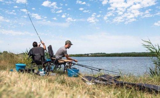 迪卡侬多功能钓鱼椅:可调节椅脚满足多种地形,收纳设计折叠便携