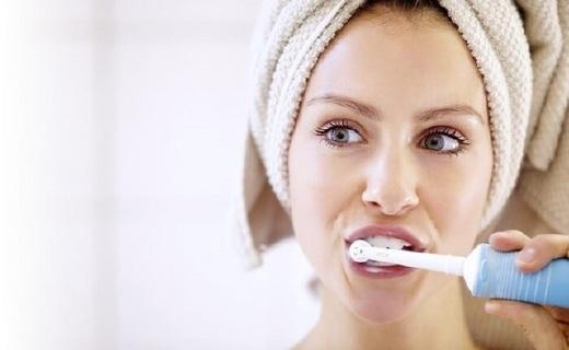 欧乐-B PRO600电动牙刷:交叉刷毛与专利清洁技术,有效去除牙菌斑