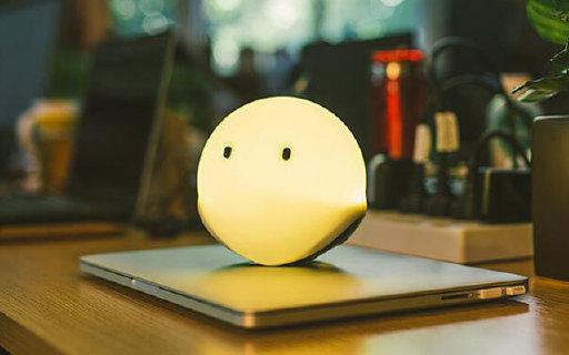 Emie智能精灵氛围灯:硅胶材质柔软可捏,无线遥控七色变幻