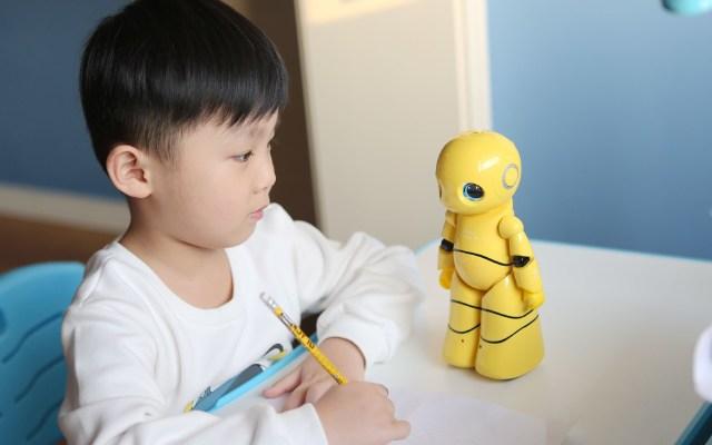 能唱歌会讲故事,孩子的智能好玩伴 —— 爱乐优机器人评测 | 视频