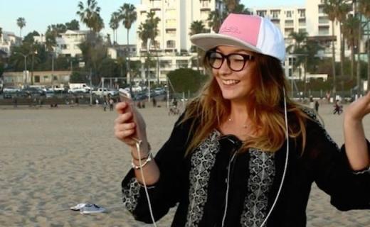 能给手机充电的棒球帽,解手机没电之急还很潮
