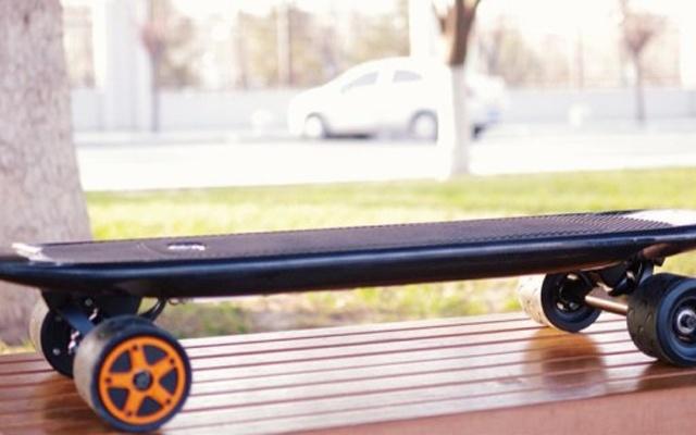 带遥控智能滑板车,最后一公里出行解决方案 — enSkate 碳纤智能滑板体验 | 视频