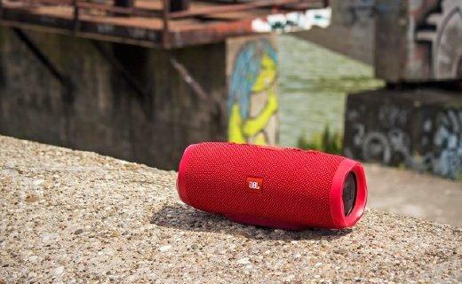 JBL Charge3蓝牙音箱:双重低音又防水,20小时连续播放