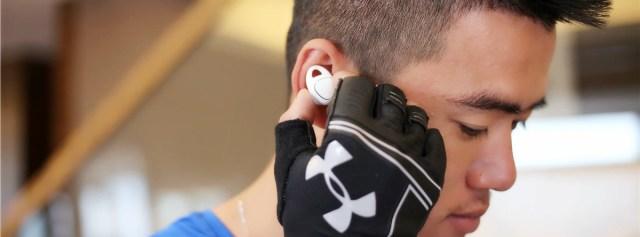 小巧真无线,这耳机竟敢和苹果AirPods刚正面 — 三星Gear IconX 无线蓝牙运动耳机体验 | 视频