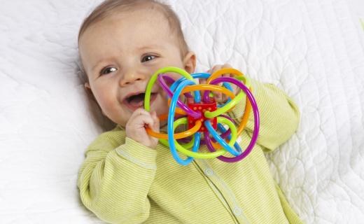 Manhattan Toy Winkel牙咬胶:安全PU软管,交错穿梭锻炼协调力