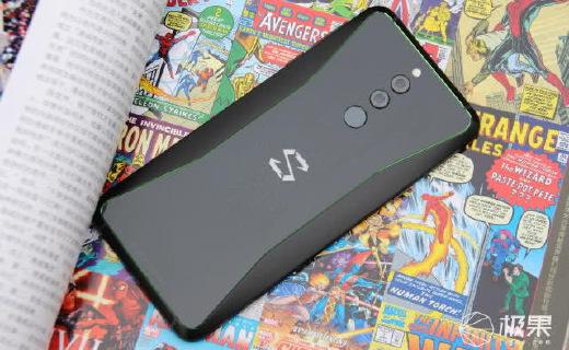 3199元起!黑鯊游戲手機再升級:10GB運存+雙側燈帶+雙液冷散熱!