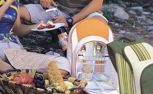 乐游户外带餐工具包:铝箔内里便于保温,内含7种实用餐具