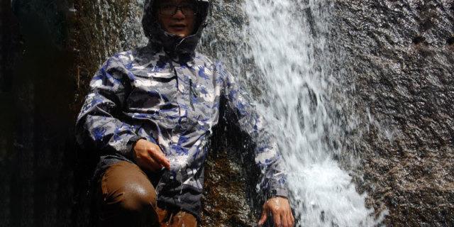 暴力测试!钻进瀑布测防水,Discovery三合一冲锋衣体验