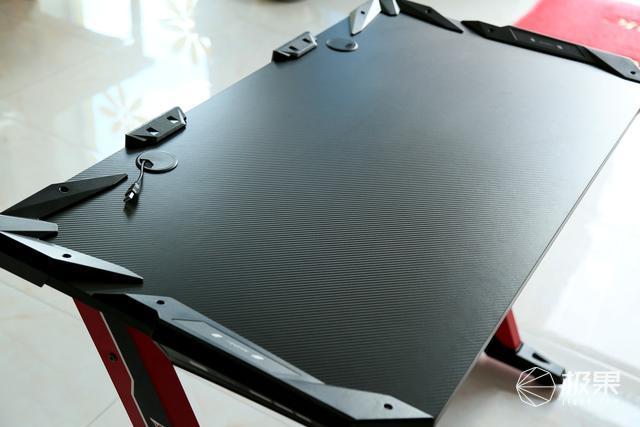 玩电竞就连桌子也要炫酷,硬核玩家必备,傲风铁血男爵电竞桌体验