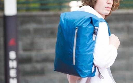 小米90分双肩包:尼龙材质防水耐磨,折叠设计造型多变